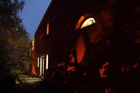 Romantické večerní osvětlení fasády