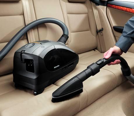 Výrobce očekává, že hybridní vysavač ocení zejména muži při úklidu auta
