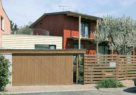 Dřevěná garáž hned za plotem působí lehce