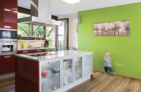 Barevnost interiéru je dílem majitelů domu, kuchyni navrhli architekti, včetně detailů ji zrealizovalo kuchyňské studio