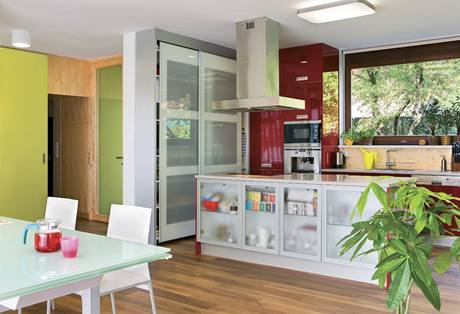 Na těsné propojení se zahradou se nezapomnělo ani v kuchyni, zde je nabízí rozměrné okno