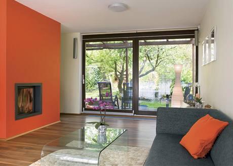 Krb (a za ním schodiště) rozděluje přízemní velký prostor na dvě části – kuchyni s jídelnou a obývací část