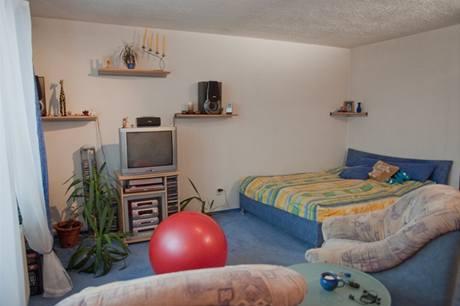 Velkou část místnosti zabírala manželská postel
