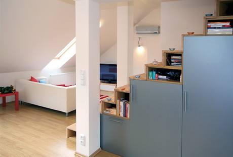 V bytě nenajdete klasické skříně. I proto působí prostor vzdušně a elegantně.