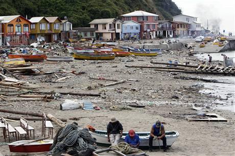Lidé odstraňují následky ničivého zemětřesení a tsunami v Chile