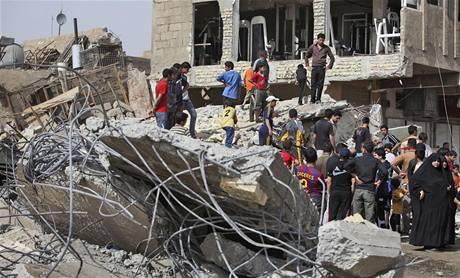 Lidé se shromažďují na místě jednoho z výbuchů v centru Bagdádu (7. března 2010)