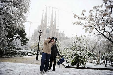 Lidé si fotografují zasněženou Sagradu Familiu (8. března 2010)