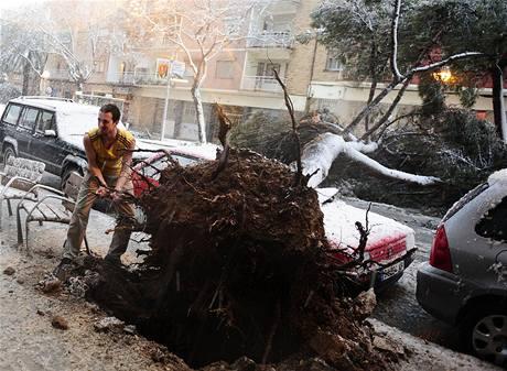 Padající stromy způsobily na mnoha místech v Katalánsku výpadky elektřiny (8. března 2010)