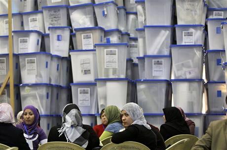 Iráčané nyní přepočítávají hlasy z historických parlamentních voleb