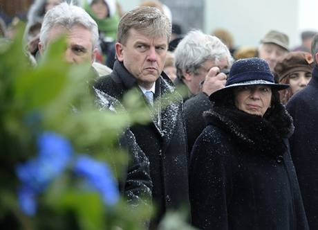 Manželka prezidenta Livia Klausová a předseda Poslanecké sněmovny Miloslav Vlček se 6. března zúčastnili pietního aktu položení věnců ke hrobu T. G. Masaryka v Lánech při příležitosti 160. výročí jeho narození.