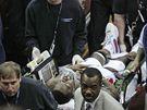 NA NOSÍTKÁCH. Rodney Stuckey, basketbalistu Detroitu Pistons, odnášejí na nosítkách. Při zápase NBA zkolaboval.