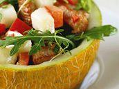 Pikantní salát v melounu.