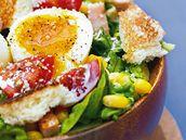 Zeleninový salát s kuřecím masem.
