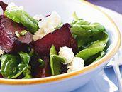 Salát z červené řepy se špenátem a fetou.