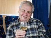 Miloš Zeman už zase brázdí zemi Zemákem. Předvolebním autobusem chce objet všechna větší města.