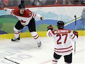 GLADIÁTOŘI NA LEDĚ. Sidney Crosby (vlevo) právě vstřelil vítězný gól Kanady v prodloužení olympijského turnaje a raduje se spolu se Scottem Niedermayerem.
