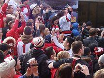 Vancouver, Robson Square - Lidé slaví olympijské zlato domácích hokejistů
