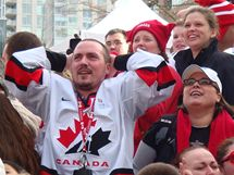Vancouver, Robson Square - Kanaďané slaví zlato svých hokejistů v olympijském turnaji
