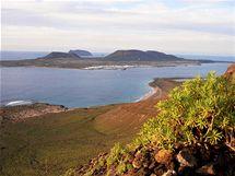 Pohled zútesů El Risco na pláž Playa del Risco a ostrov Isla Graciosa