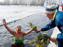 Otužilá ruska. Této ženě zima není, zvlášť když jí ještě zahřeje pozornost. Stalo se při MDŽ v Moskvě.