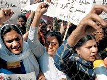 Pakistánské ženy demonstrují 8. března proti potlačování práv žen.