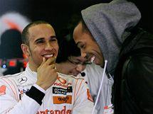 Lewis Hamilton při testech v Barceloně v rozhovoru s hvězdným útočníkem místního slavného fotbalového klubu FC Barcelona.