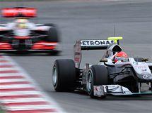 Lewis Hamilton c McLarenem při testech v Barceloně (vzadu) pronásleduje Michaela Schumachera s Mercedesem.