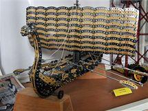 Vikingskou loď sestavenou z dílů stavebnice Merkur najdete mezi exponáty podnikového muzea.