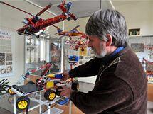 Ředitel firmy Merkur Toys z Police nad Metují Jaromír Kříž rovná exponáty v podnikovém muzeu.