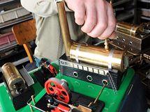 Montáž parních strojů ve firmě Merkur Toys v Polici nad Metují.