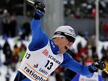 Maurice Manificat se raduje z vítězství ve skiatlonu v Lahti.