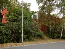 Kolem domu vede rušná silnice