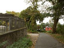 Blízký park, jehož součástí je i starý hřbitov, hojně navštěvují nejen lázeňští hosté