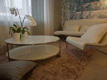 Konferenční stolek je opatřen kolečky, a tak sním lze při rozkládání pohovky snadno poodjet