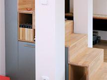 Ve zbylém prostoru pod schodnicemi vznikly menší úložné prostory pro knihy či různé drobnosti