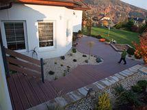 Část terasy kolem domu bylo upraveno jen pomocí kamínků