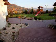 Děti si zahradu i terasu užívají