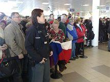 Příbuzní a fanoušci čekají na přílet olympioniků z Vancouveru.