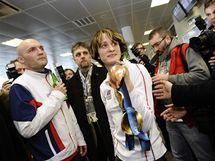 Rychlobruslařka Martina Sáblíková ukazuje fanouškům a novinářům medaile po svém příletu ze zimních olympijských her ve Vancouveru.