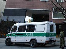 Německá policie u berlínského hotelu, kde lupiči přepadli pokerový turnaj
