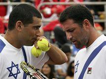 Andy Ram (vlevo) a Jonathan Erlich v duelu tenisového Davis Cupu proti Chile