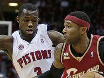 Rodney Stuckey (vlevo) z Detroitu brání Mo Williamse z Clevelandu