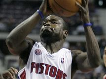 Will Bynum z Detroitu �to��, vlevo Aaron Brooks z Houstonu