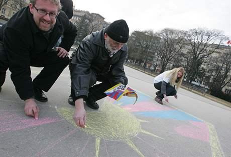 Členové Strany Zelených sbírali na Moravském náměstí v Brně podpisy na petici za Tibet a kreslili tibetskou vlajku na chodník. Na snímku vlevo brněnský zastupitel Martin Ander(10. 3. 2010).
