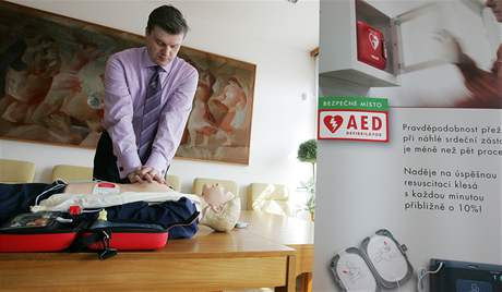 Nejvyšší soud převzal defibrilátor. V Brně je to vedle magistrátu druhý úřad, který přístrojem disponuje
