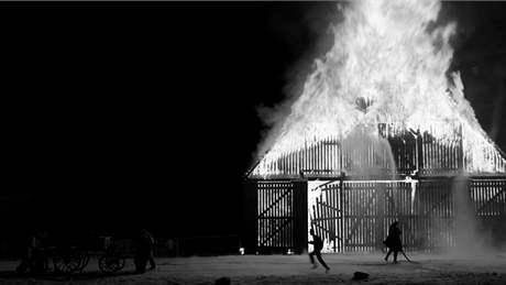 Záběr z filmu Michaela Hanekeho Bílá stuha