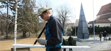 Geodet Viktor Valtr zkoumá prostranství před kontroverzním památníkem rudoarmějců v Králově poli