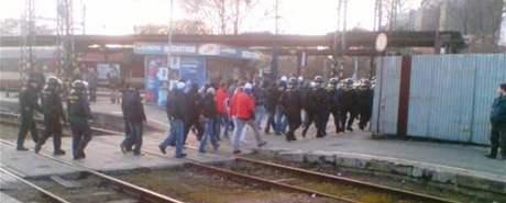 Policejní kordon doprovází několik fanoušků Baníku Ostrava před utkáním s brněnským 1. FC