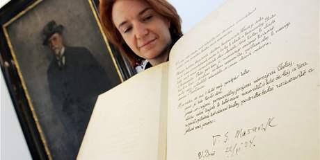 Tereza Fojtová ukazuje pamětní knihu, do které se podepíše princ Charles při pondělní návštěvě Brna