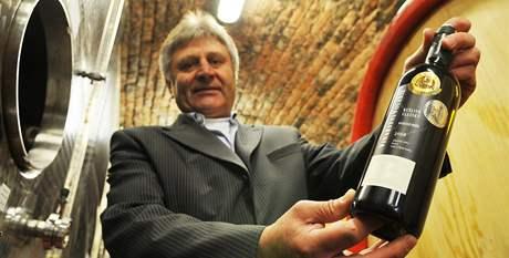 Miroslav Volařík s lahví Ryzlinku vlašského, které dostane princ Charles v Brně